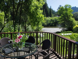 Redwood Cottage - Riverfront with  Hot Tub, Beach and Island (Last Minute Deals), Monte Rio