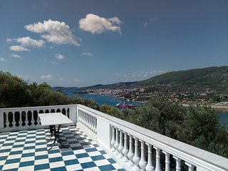 Villa Kyknos, airy villa with 2 bedrooms, wide balconies and great views