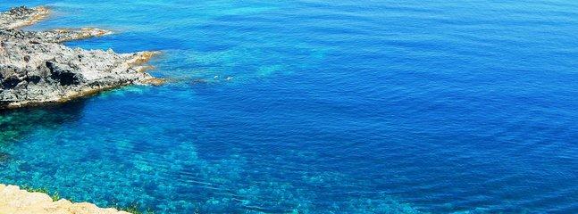 Belle mer de Cala Rotonda dessous de la terrasse