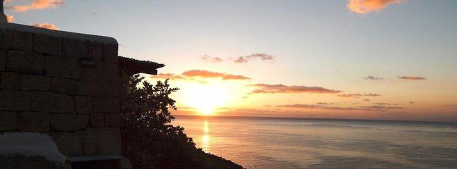 vue spectaculaire lever de soleil depuis la terrasse sur la mer