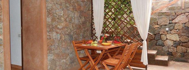 Terrasse meublée et équipée avec douche extérieure supplémentaire dans la maçonnerie