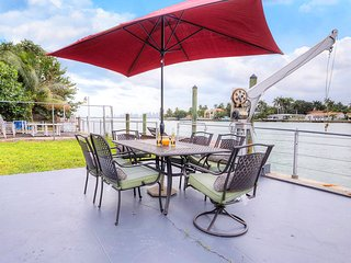 Villa Dorothy - Waterfront Villa w/ a Dock, Downtown View, North Bay Village