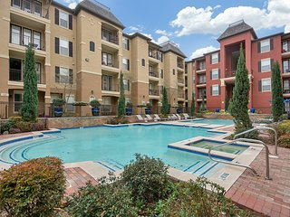 Pool View Huge 2 bed 2 bath Luxury Apartment, Dallas