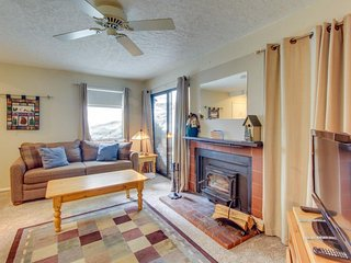 Condo w/ two decks plus shared pool, sauna, & hot tub - Close to skiing!, Mammoth Lakes