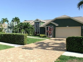 Private and Relaxing Heated Pool Property - Marco Island - Sleeps 8, Goodland