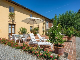 BEAUTIFUL RUSTIC FOR 10 WITH POOL. CLOSE TO LUCCA