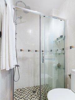 Cuarto de baño provisto de una magnífica ducha de obra.