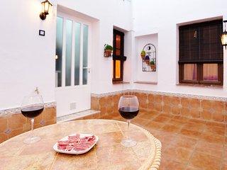 Patio toledano de uso exclusivo para los huéspedes del apartamento.