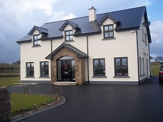 5 BEDROOM HOUSE IN QUIET LOCATION ONE MILE FROM CROSSMOLINA
