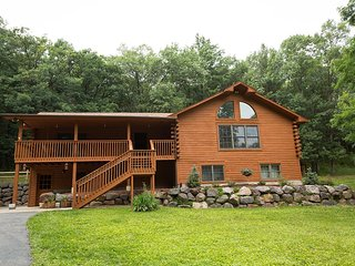 5 BDR LOG HOUSE ON 12 ACR AT LAKE DELTON/WISCONSIN