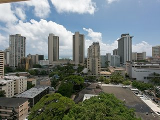 High Floor, Corner Suite - Possibly The Best Remodeled Unit The Building !, Honolulu