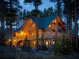 Walk to Slopes! Luxury Log Home, Close to Main St.