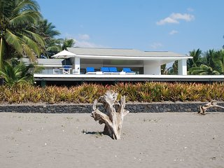 Beachfront Luxury with pool and spectacular views, Barra de Santiago