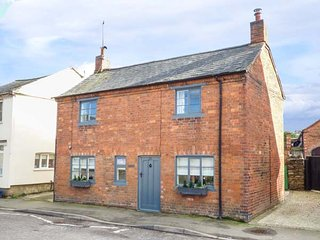 FARRIER'S COTTAGE, detached cottage, multi-fuel stove, enclosed courtyard, in, Crick