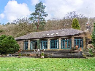 THE BARN in extensive grounds, lake, open fire in Holmbury St Mary Ref 949443