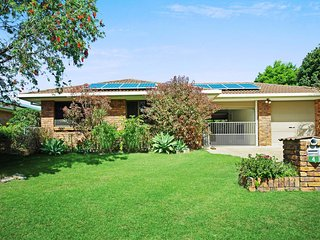 Elegant home with room for the whole family and boat - 4 Jabiru St