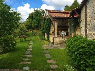 Casa tradicional en valle gallego con vistas al Atlántico