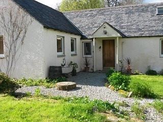 Cosy Riverside Cottage with Large Enclosed Garden, Evanton