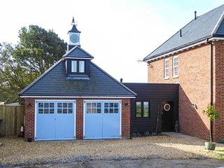 WINDY RIDGE COTTAGE, private beach access, freestanding bath, sea views, in Yarmouth, Ref 952517
