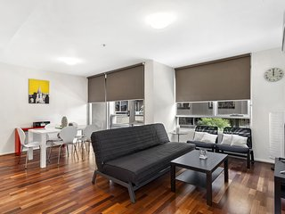 Bouverie St Apartment- walk to Victoria Market - Free parking