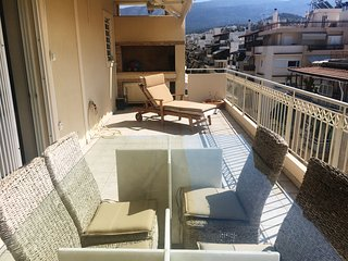 Sunny penthouse 20 min to Acropolis, next to metro