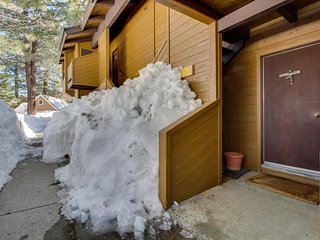 Charming ground-level condo with shared hot tub, pool, sauna, & tennis courts, Mammoth Lakes