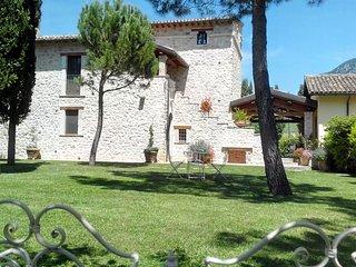 """Casale con piscina e idromassaggio per vacanze in Umbria: """"Appartamento Senape"""", Precetto"""