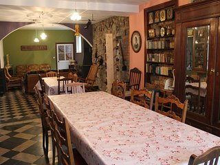 Salle à manger spacieuse pour accueillir toute votre famille ou vos amis autour d'un bon repas.