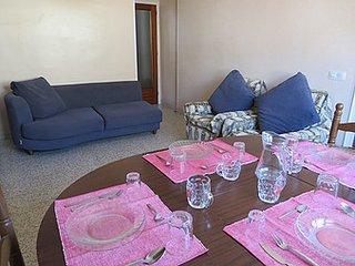 Vacaciones a 300 metros playa ROSES. 3 habitaciones dobles. WIFI. TV. Lavadora