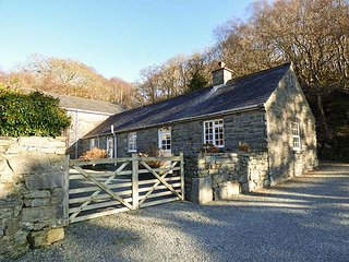 FARCHYNYS COURT COTTAGE, fantastic views, character features, near Barmouth