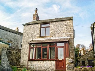 THE NOOK, detached cottage, two bedrooms, open fire, courtyard garden, in