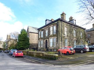 1 SOUTHGATE, first-class accommodation, walking distance of town amenities, Buxton