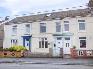HAFAN DAWEL, mid-terrace, close to beach, snug, in Burry Port, Ref 953920