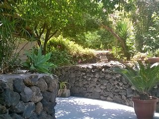 Limoni large two levels apartment nicely decorated with terrace and garden., Stromboli