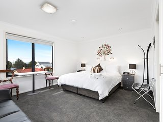Seaview Suite, vista view of Bass Strait and just 3 minute walk to Penguin beach