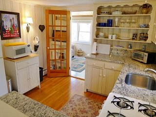 ENCHANTING COTTAGE LESS THAN A MILE FROM ROCK HARBOR IN ORLEANS!