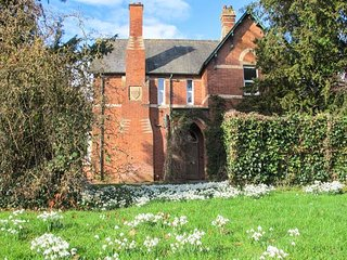 THE OLD VICARAGE, woodburner, open fire, private gardens, nr Peterchurch, Ref