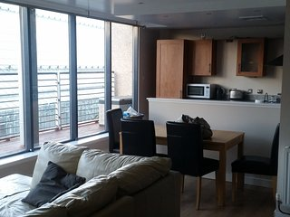 Luxury 2 bedroom flat in Glasgow City Centre. Free parking. Close to St Enoch