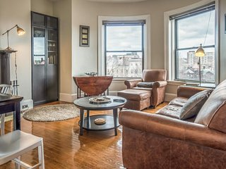 Elegant penthouse with a fireplace, a shared roof deck & stunning city views!, Boston