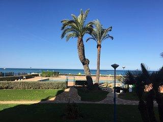 (C) Apartament with beautiful views, pool, garden, next to the beach.