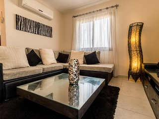 2-bed penthouse apartment with sea views on popular site with amenities