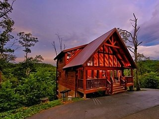 MOUNTAIN MEMORIES:Awesome 3/3 1/2 Luxury Cabin, Sevierville