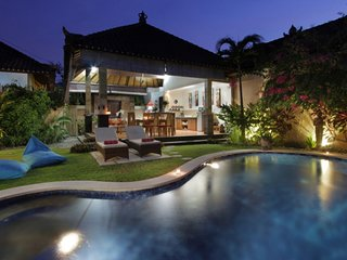 VILLA OCEANE   2 BR  (4/5 p) 10 mn walk from  seminyak  beach   in quiet area, Seminyak