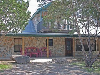 Gorgeous Home Near the Frio River-Casa De Colores
