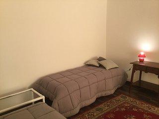 Luminosa Camera da Letto con 2 letti singoli e poltrona massaggio