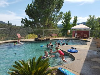 CEDAR HOME, 10pp inc: mtn bikes, lrg pool, game room, mtn bikes, fishing pools..