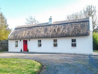 FOREST VIEW, thatched bungalow, pet-friendly, tranquil location, Castlerea, Ref