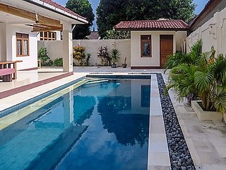Your Private Villa 220 M2, own 9m x 4m swimming pool. 3 minutes walk beach. Woww, Batu Layar