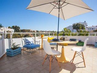 Idilico y confortable apartamento con terraza y vistas a Cala Ferrera