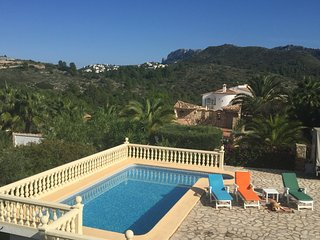 Villa with incredibles views, pool, BBQ and garden, Ráfol de Almunia